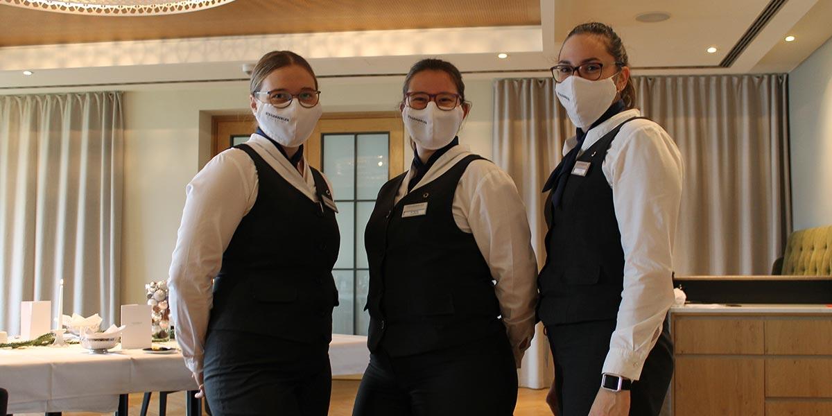 Auszubildende mit Maske in der Gastronomie