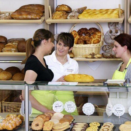 Auszubildende in einer Bäckerei